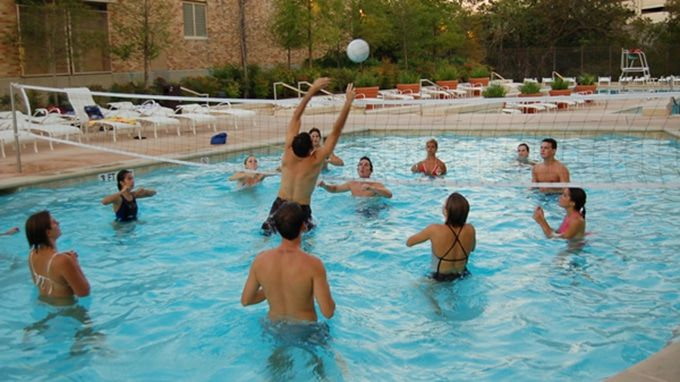 Swinging pool volleyball