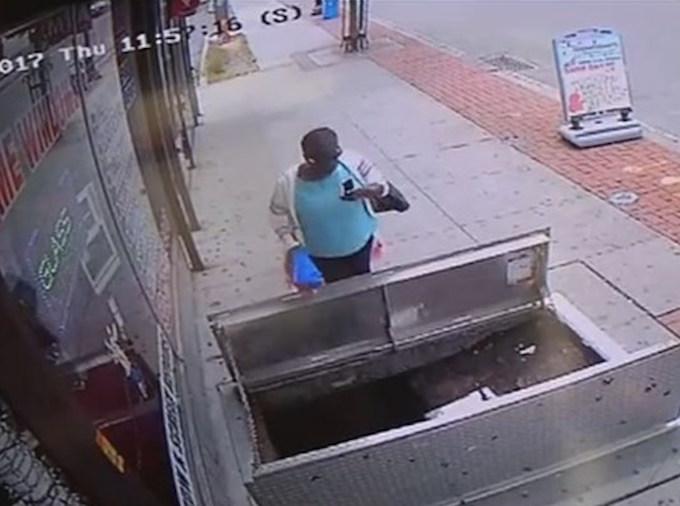 Wanita ini mengalami kecelakaan saat bermain hp.